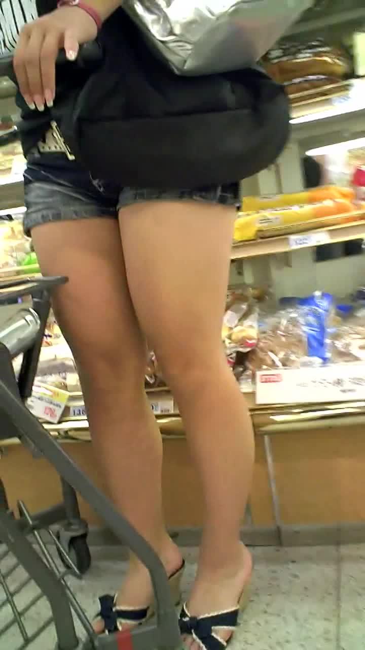 スーパーで買い物してるムッチムチ太ももがエロ過ぎるショーパンお姉さんを...
